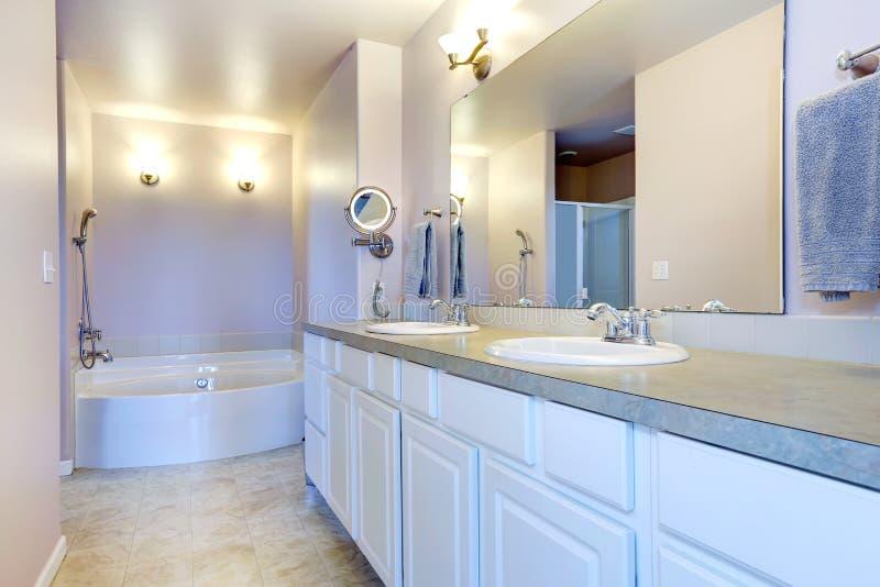 Bagno leggero di rinfresco della lavanda con il gabinetto bianco fotografie stock libere da diritti