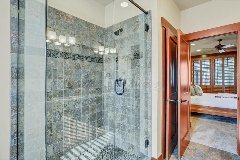 Bagno matrice con la passeggiata di vetro in doccia immagini stock libere da diritti