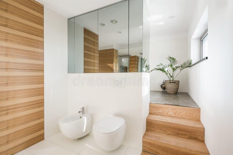 Bagno minimalista del sottotetto fotografia stock