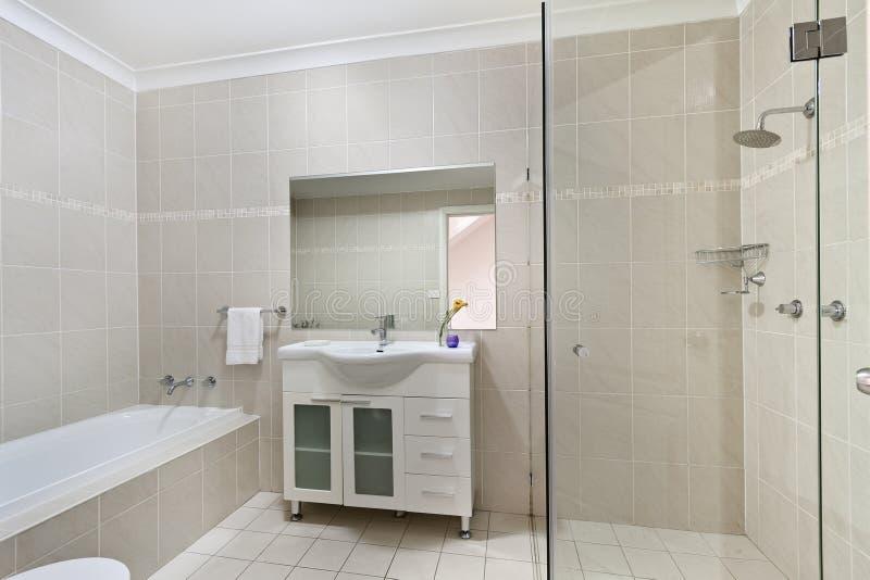 Bagno moderno in appartamento di lusso immagini stock