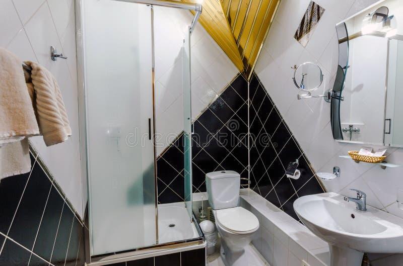 Bagno moderno in appartamento di lusso immagine stock