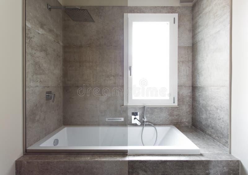 Bagno moderno con il doppio lavandino fotografie stock