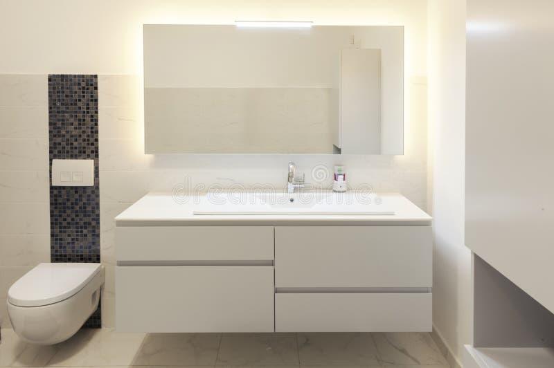 Bagno Moderno Con Il Grande Specchio Fotografia Stock ...