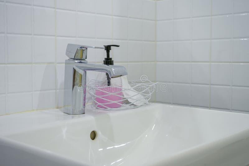 Bagno moderno con il lavandino bianco del lavabo immagini stock