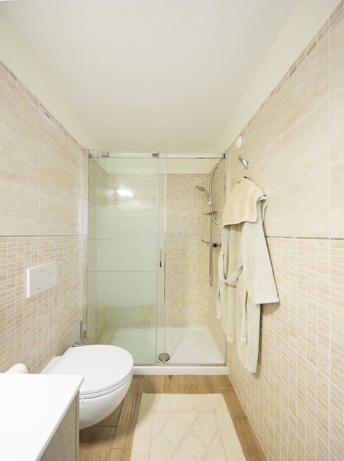 Bagno moderno con le mattonelle Grande doccia fotografia stock libera da diritti