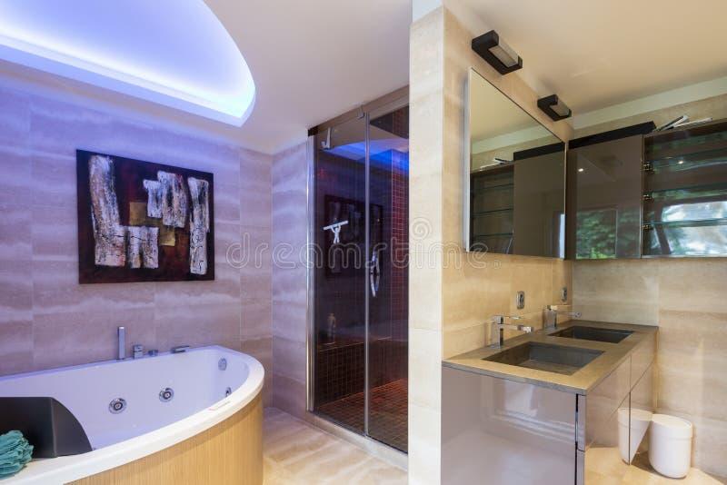 Bagno moderno dell'appartamento con i rivestimenti fini fotografia stock