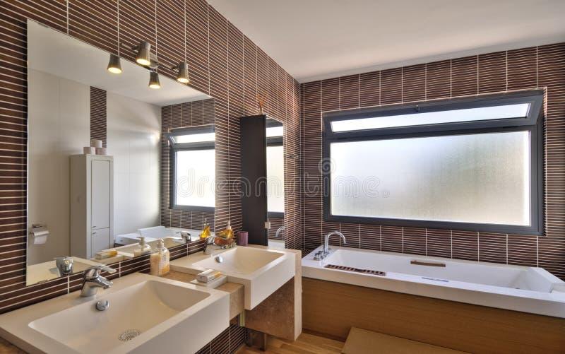 Bagno moderno in villa di lusso fotografia stock libera da diritti