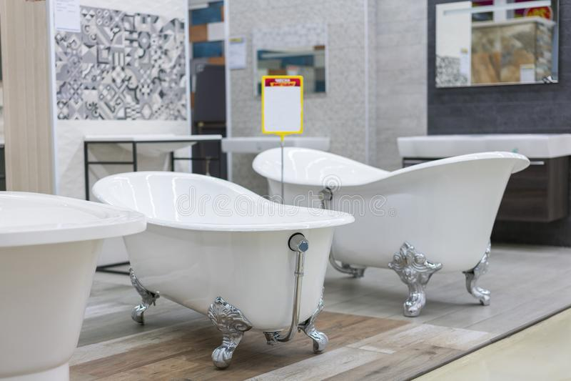 bagno nel deposito di costruzione Bagni nel deposito dell'impianto idraulico bagni del negozio plumbing nuovi bagni Bagno sulle b fotografie stock libere da diritti