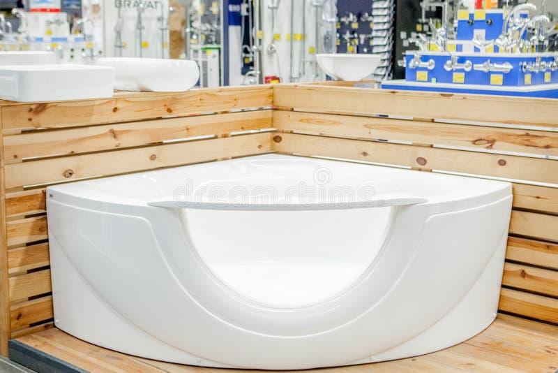 bagno nel deposito di costruzione Bagni nel deposito dell'impianto idraulico bagni del negozio plumbing nuovi bagni Bagno sulle b fotografia stock