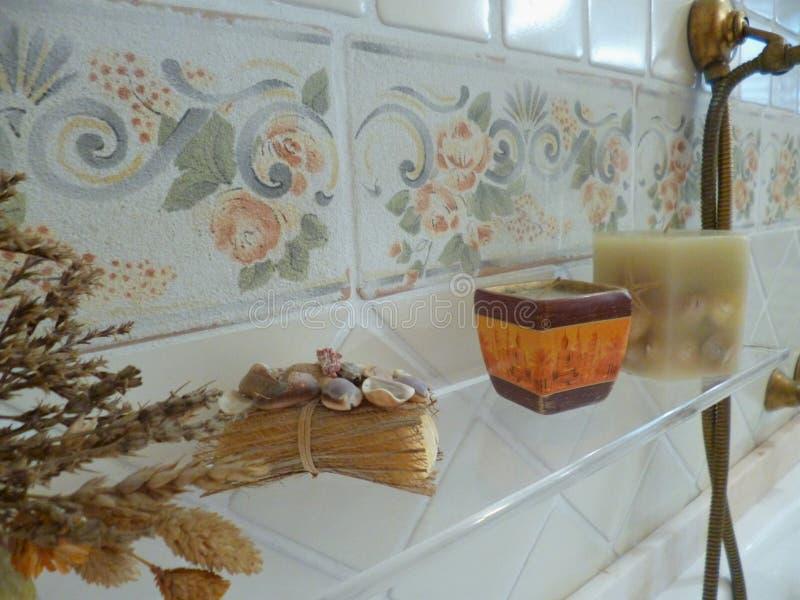 Bagno nel retro stile stile italiano tradizionale ed unico immagini stock