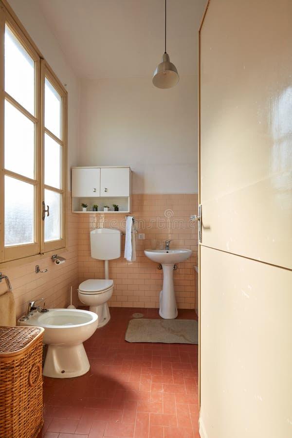 Vecchio Interiore Dentellare Della Stanza Da Bagno Con La