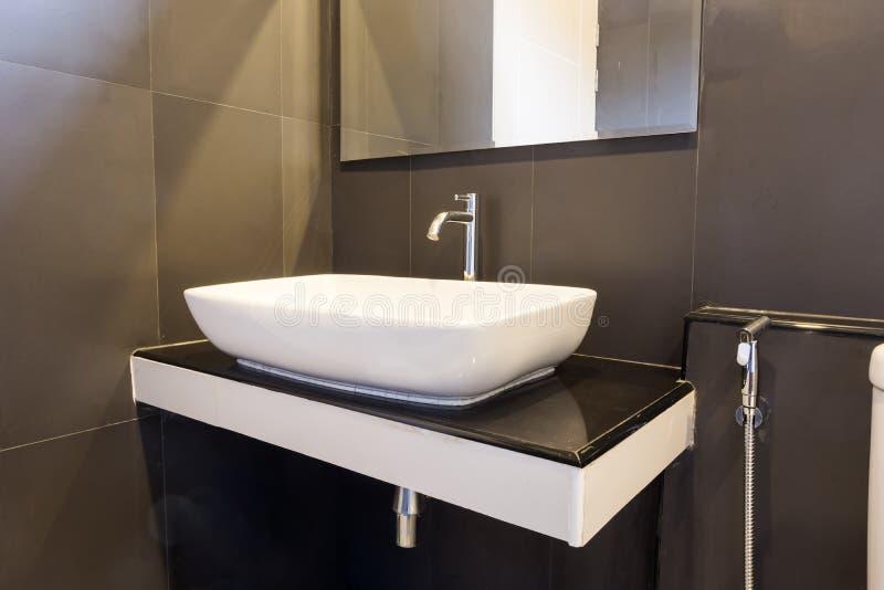 Bagno pulito e fresco con con la luce naturale del bacino e decorato con retro stile fotografia stock libera da diritti