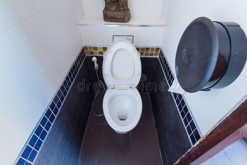 Bagno pulito e fresco, con la toilette con sciacquone ed i tessuti fotografia stock libera da diritti