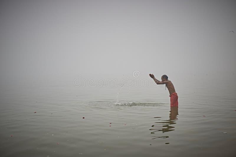 Bagno rituale nel Gange fotografia stock