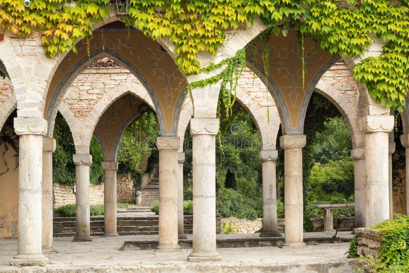 Bagno romano nell'iarda del palazzo di Balchik, Bulgaria immagini stock