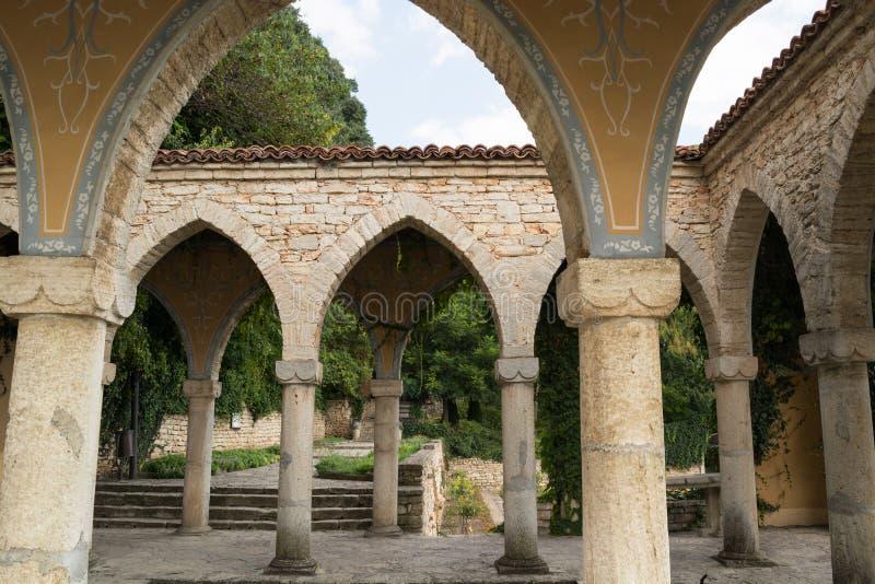 Bagno romano nell'iarda del palazzo di Balchik, Bulgaria immagine stock