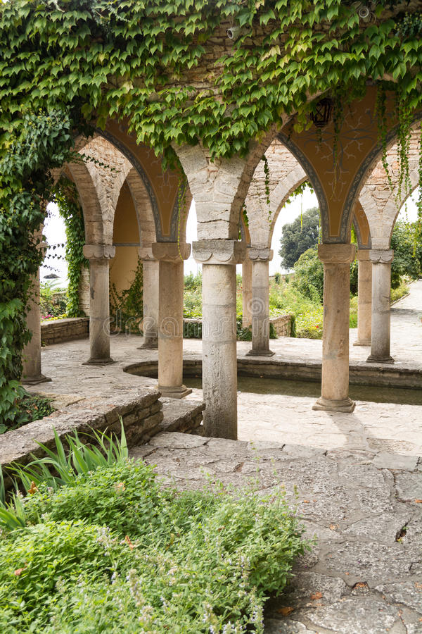 Bagno romano nell'iarda del palazzo di Balchik, Bulgaria fotografie stock libere da diritti