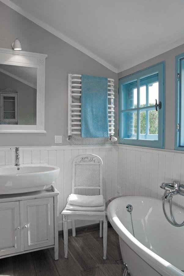 Bagno rustico grigio bianco con la finestra fotografia stock