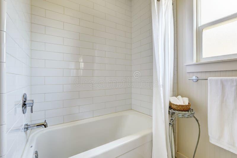 Bagno semplice con la disposizione e la vasca da bagno della parete delle mattonelle fotografia - Mattonelle da parete ...