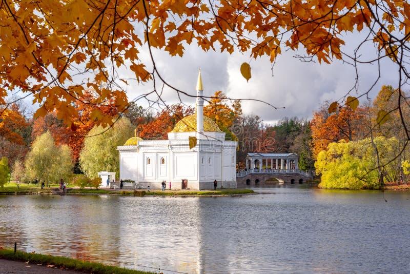 Bagno turco e ponte di Marble nel parco Catherine in autunno, Pushkin Tsarskoe Selo, San Pietroburgo, Russia immagini stock
