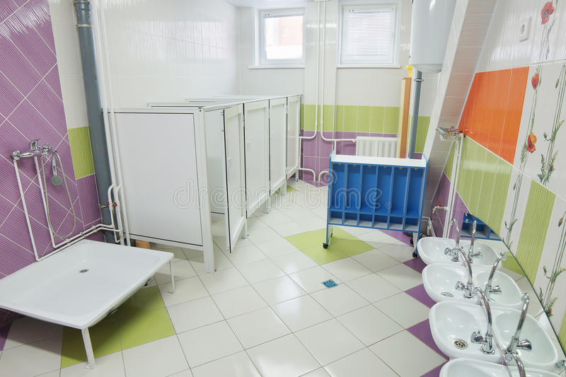 Bagno In Una Scuola Materna Immagine Stock - Immagine di bathroom ...