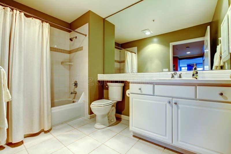 Bagno verde e bianco con il lavandino e vasca con la tenda - Tenda vasca da bagno ...