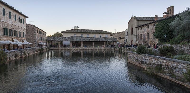 BAGNO VIGNONI, TOSCANA ITALIA - 30 de octubre de 2016: Gente indefinida en los viejos baños termales en el pueblo medieval Bagno  fotografía de archivo libre de regalías