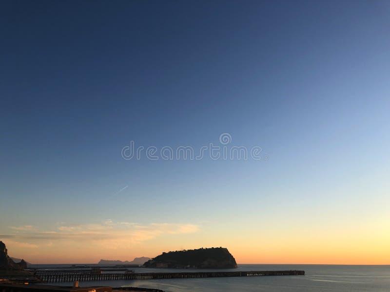 Bagnolizonsondergang met Nisida en Capri royalty-vrije stock afbeelding