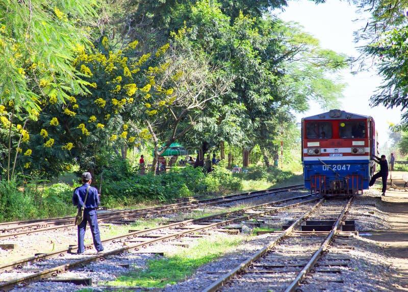 BAGO,缅甸- 2015年11月16日:到达t的每日到站列车 免版税图库摄影
