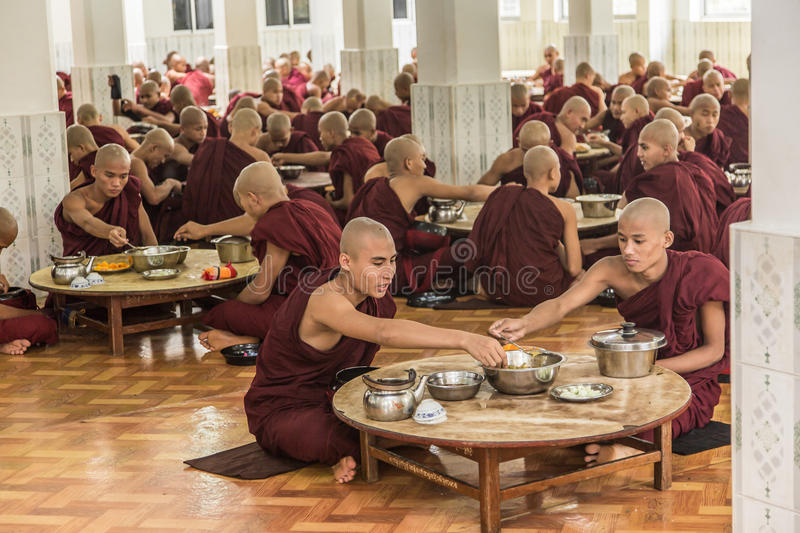 Bago, Myanmar - June 22 2558: Unidentified monks eating into the stock photo