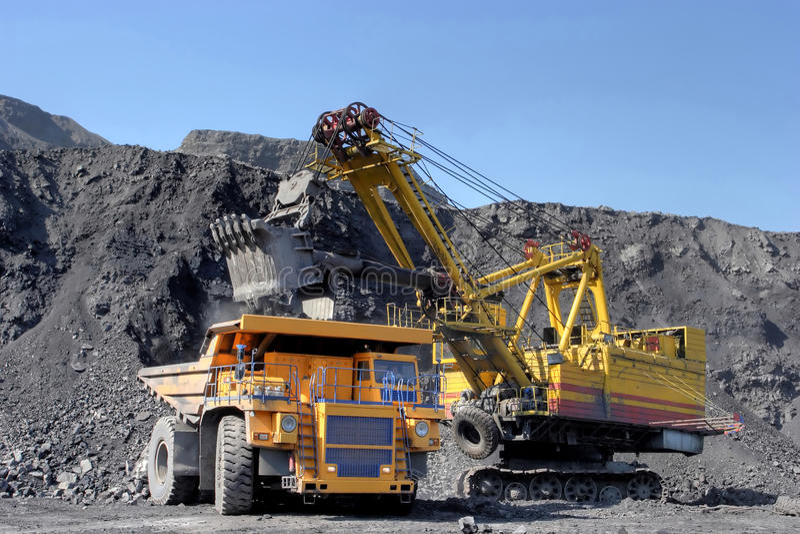Bagrownica ładuje ciężarowego węgiel Bagrownica ładuje ciężarowego węgiel zdjęcia royalty free