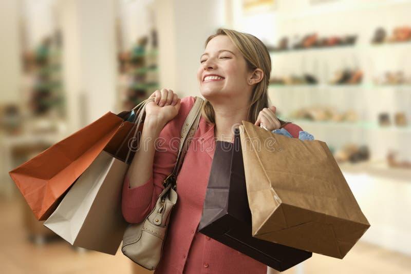 bags den bärande shoppingkvinnan fotografering för bildbyråer