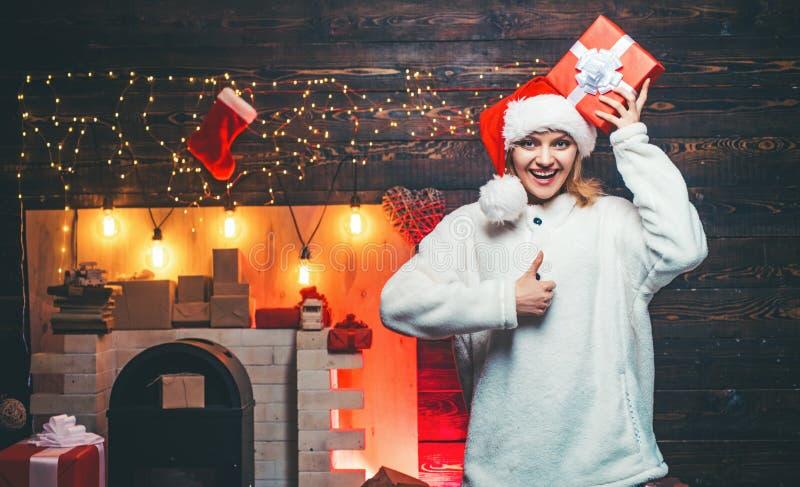 bags den santa kvinnan begrepp f?r vinterferier och folk glad jul Vinterkvinna som b?r den r?da Santa Claus hatten arkivbild