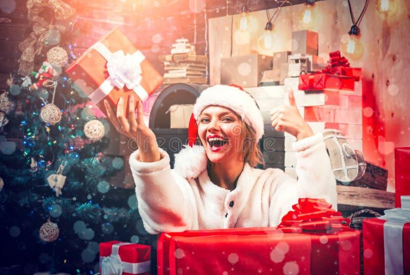 bags den santa kvinnan Le kvinnan som dekorerar den hemmastadda julgranen - magisk julbokeh lycklig kvinna Jul arkivbild