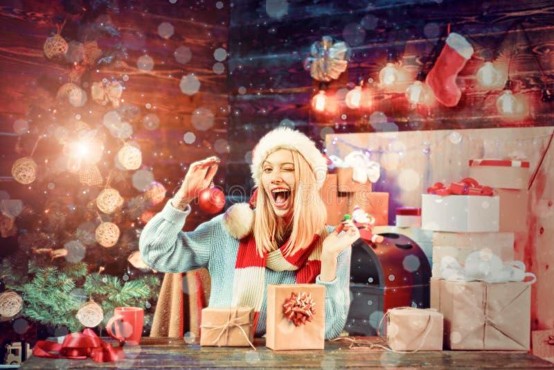 bags den santa kvinnan Lycklig flicka som f?rbereder sig att fira nytt ?r och glad jul Magisk julbokeh f?rv?nad kvinna royaltyfri foto