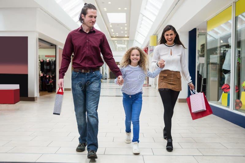 bags gå för shopping för familj lyckligt royaltyfri fotografi