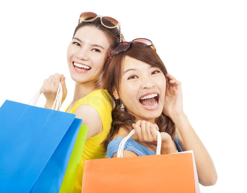 bags lyckliga unga shoppingkvinnor royaltyfri fotografi