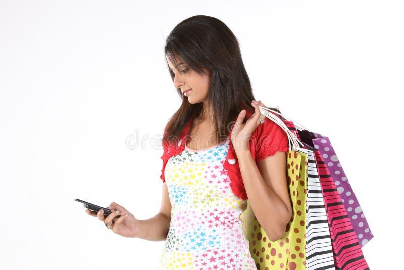 bags tonårs- cellflickashopping royaltyfri bild