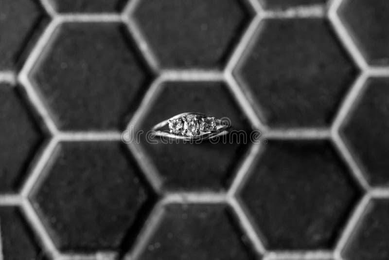 Bague à diamant classique noire et blanche d'engagement image stock