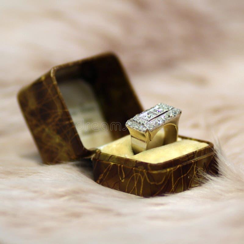Bague à diamant d'art déco dans la boîte antique sur la fourrure rose images stock