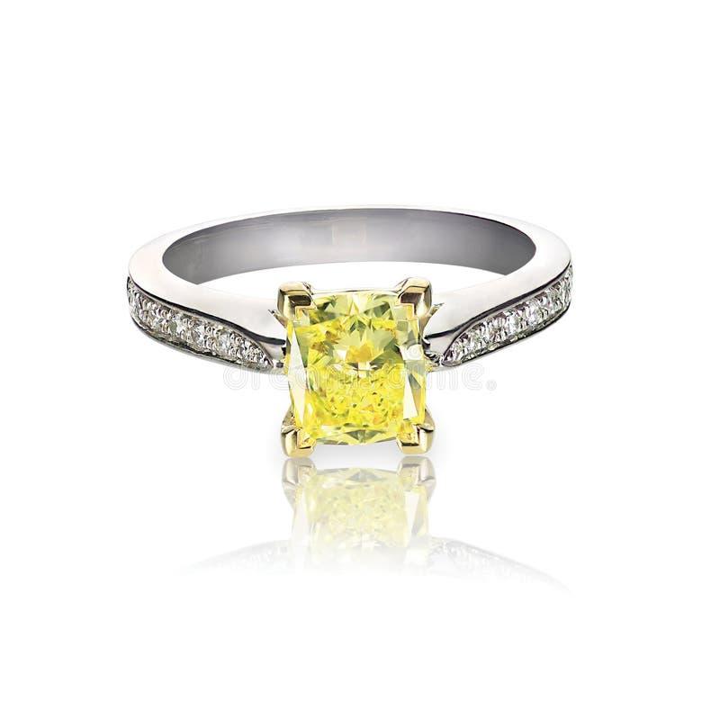 Bague de fiançailles colorée par diamant jaune d'isolement sur le blanc images stock