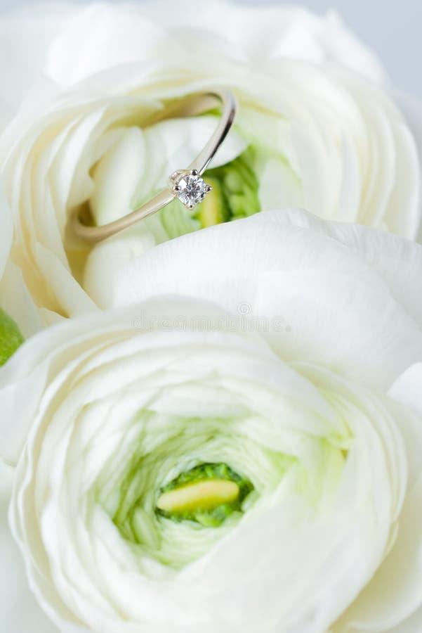 Bague de fiançailles d'or en fleur photographie stock libre de droits