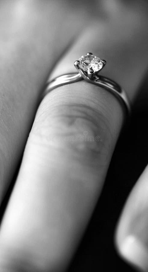 Bague de fiançailles de diamant de platine photos libres de droits