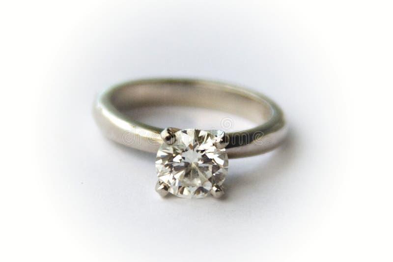 Bague de fiançailles de Solitare- de diamant photographie stock