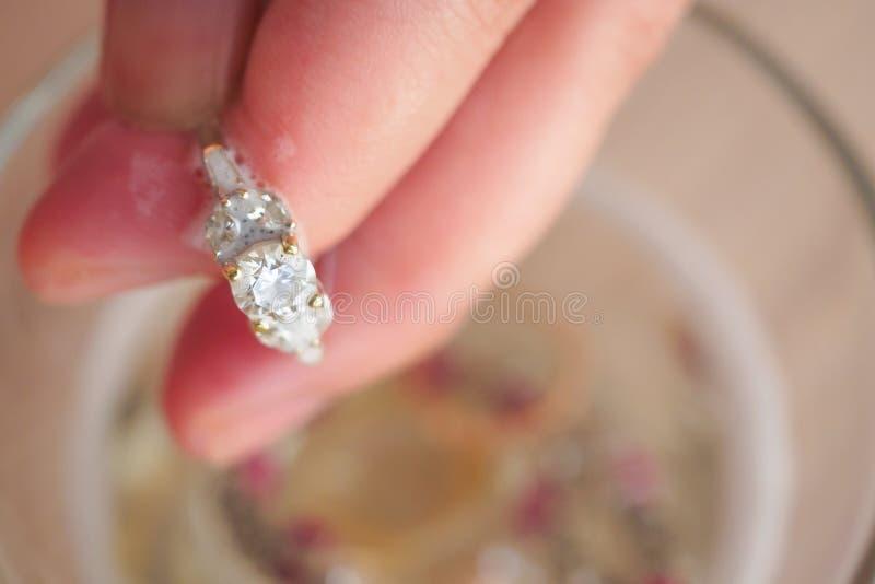 Bague ? diamant de bijoux de cru de nettoyage de main de bijoutier image libre de droits