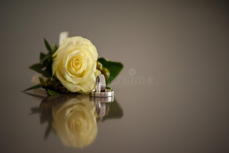 Bagues de fiançailles avec la rose de jaune photographie stock