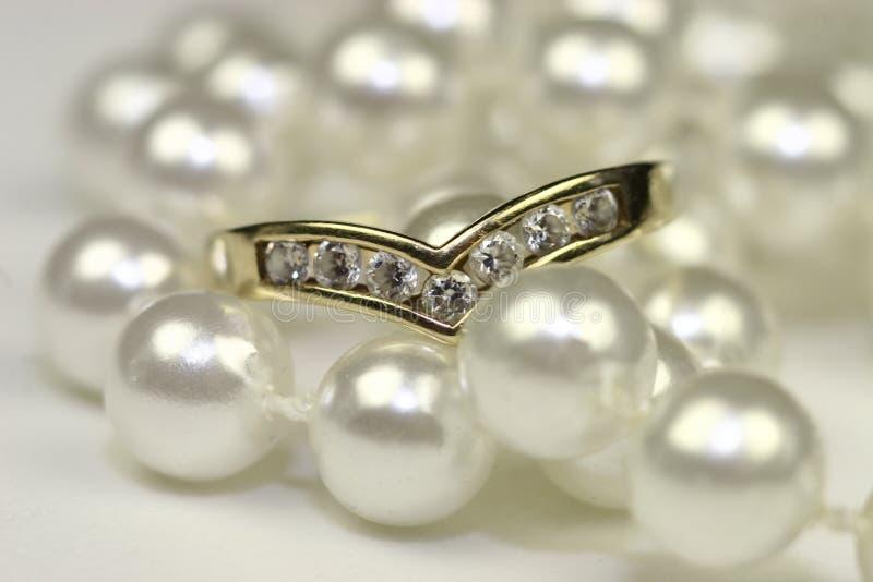Bagues de fiançailles et perles image libre de droits