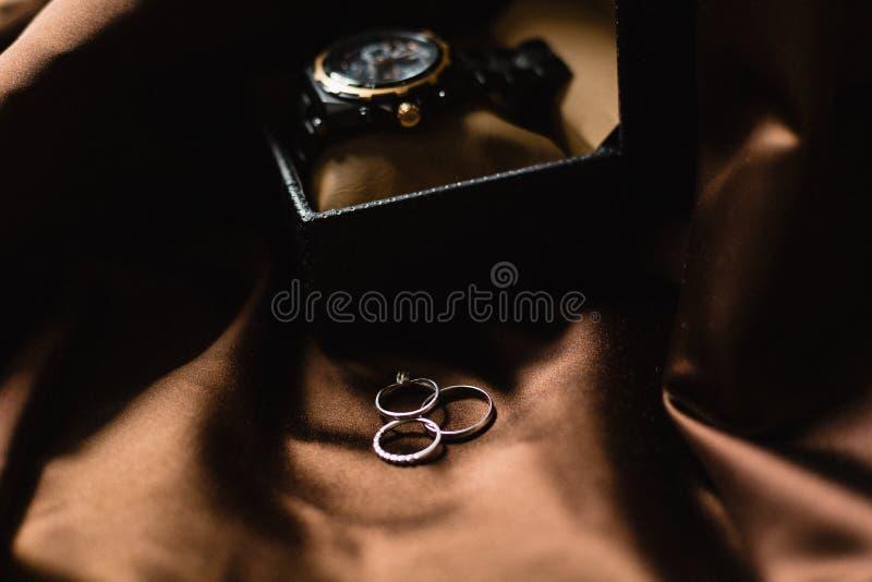 Bagues de fiançailles de luxe et uniques de mariage Épouser des ensembles de bagues de fiançailles d'or blanc photos stock