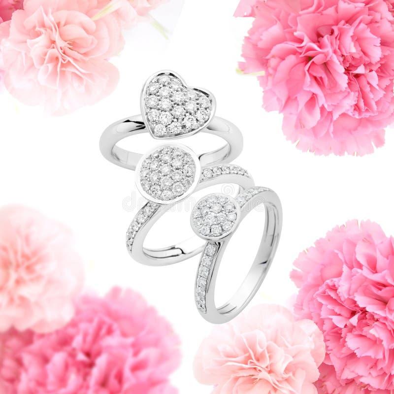 Bagues de fiançailles sur le fond rose photographie stock