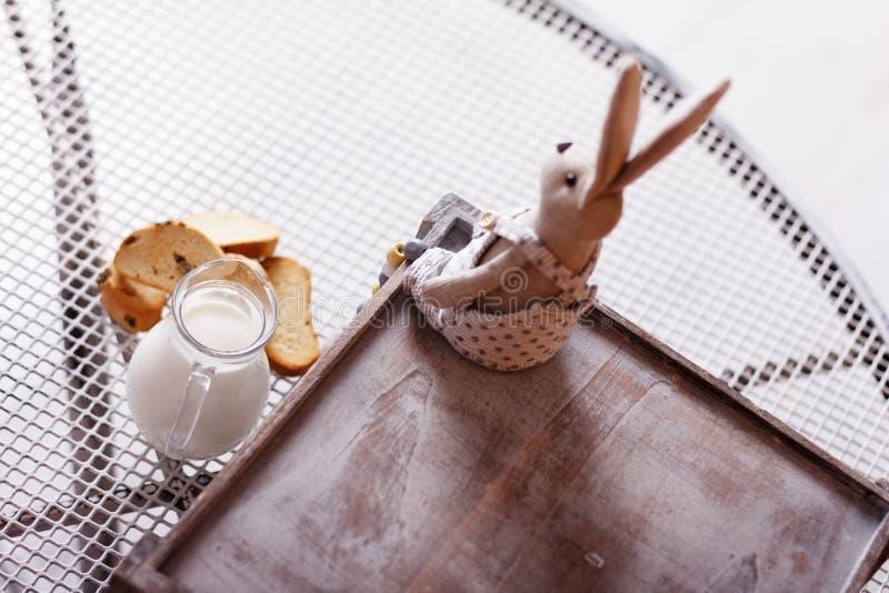 Baguette και γάλα σε μια κανάτα στον πίνακα στοκ εικόνα